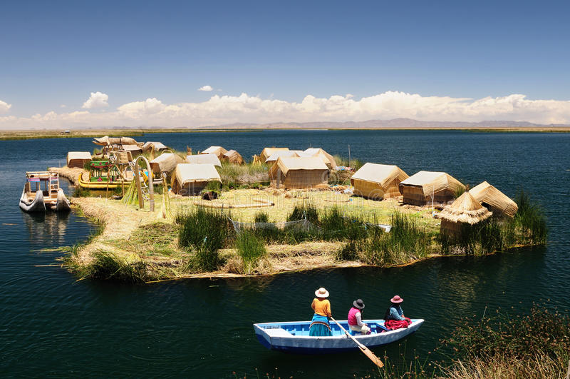 Titicaca See, Peru, sich hin- und herbewegende Inseln Uros stockfoto