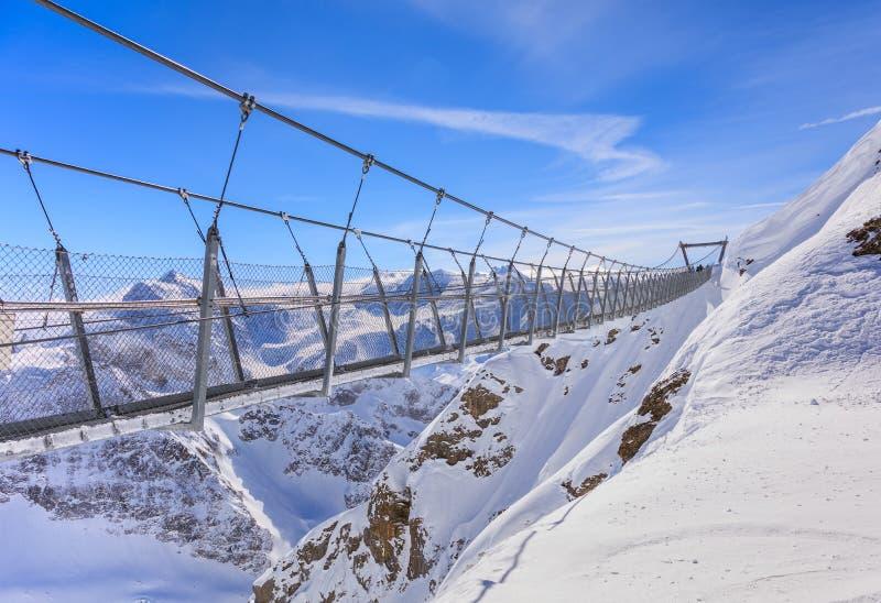 Titlis Cliff Walk upphängningbro arkivbilder