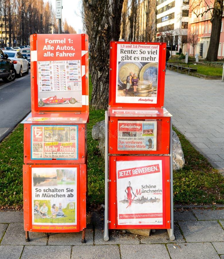 Titoli dei tabloid locali fotografie stock