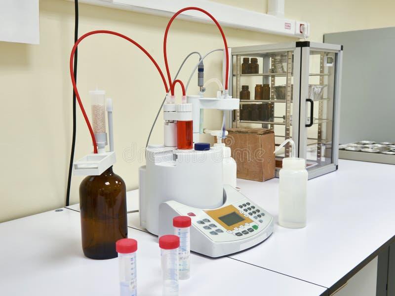 Titrator automático en laboratorio bioquímico imagenes de archivo