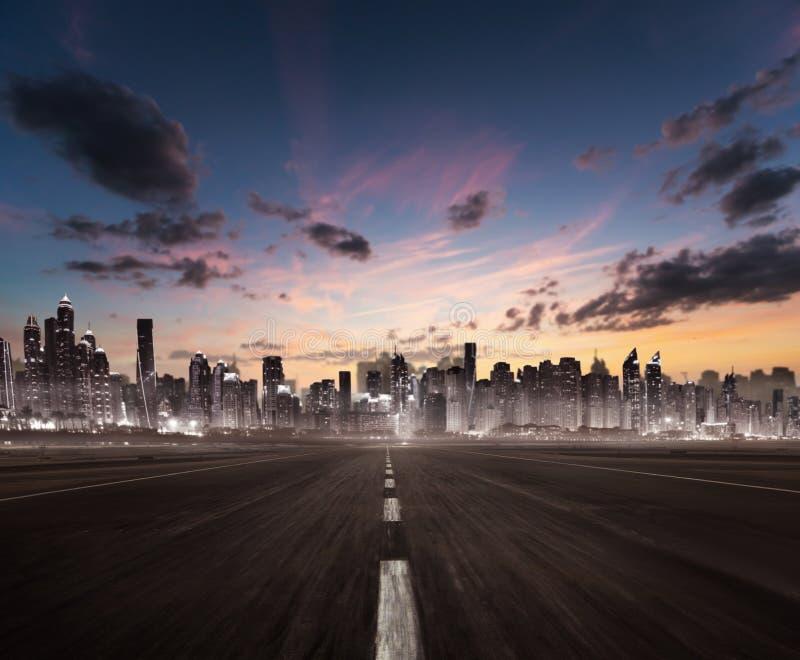 Titre vide d'autoroute pour la ville moderne avec le silh de gratte-ciel photos libres de droits