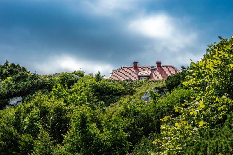 Titta på Schlosser's bergshut från Nedan royaltyfri bild