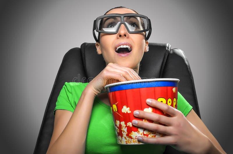 Tittare som håller ögonen på bion 3D royaltyfria bilder