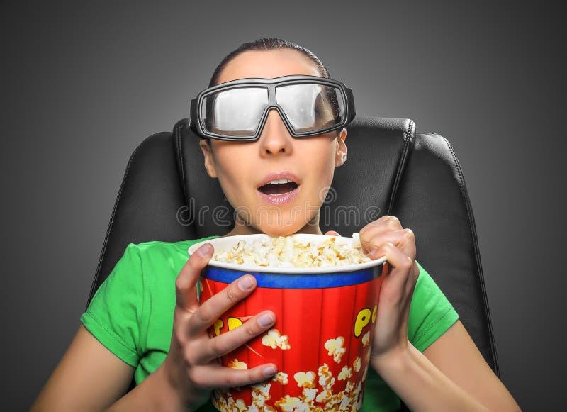Tittare som håller ögonen på bion 3D royaltyfri bild