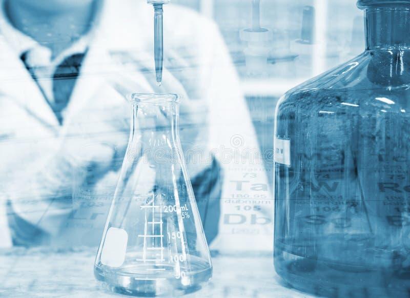 Titulação da mão do cientista com bureta e garrafa de erlenmeyer, conceito da investigação e desenvolvimento do laboratório de ci imagens de stock