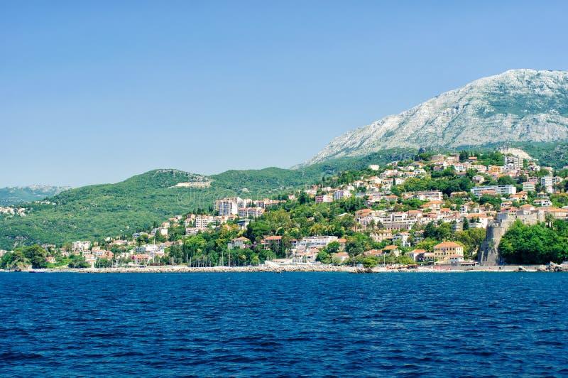 Tivat. Adriatisch landschap - overzees en berg royalty-vrije stock afbeelding