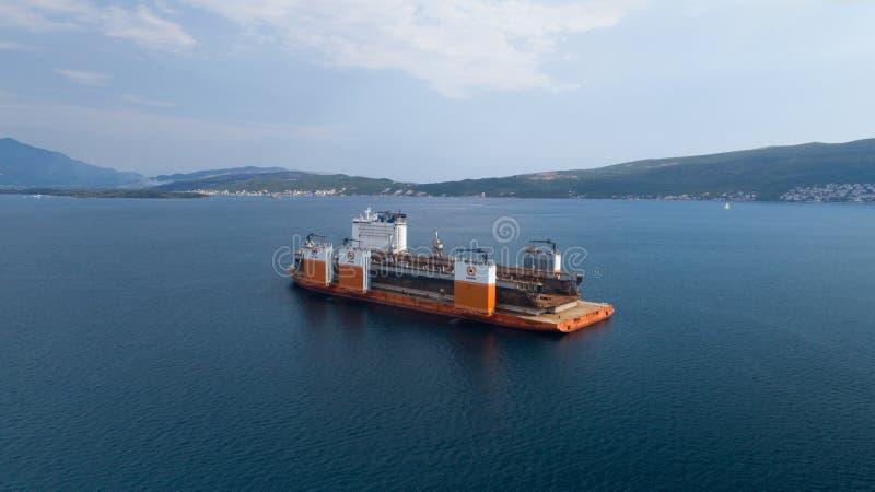 Tivat, Montenegro - 4 Augustus 2017: De zware Voorhoede van Dockwise van het liftschip kwam aan Montenegro om het drijvende dok t stock fotografie