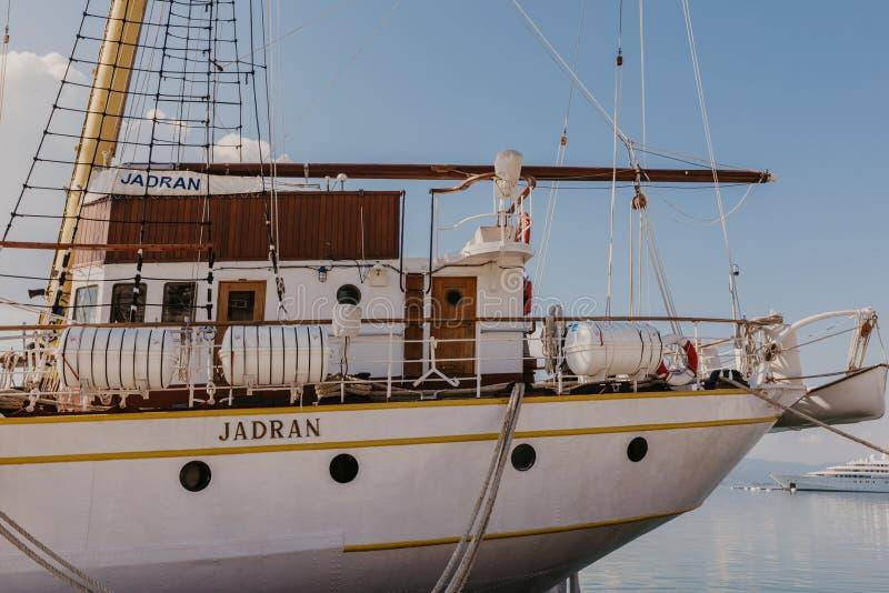 Tivat, Montenegro - 09 11 2018 Cruiseschip in zeehaven, Dijk van Tivat-stad, Montenegro, in een zonnige de zomerdag royalty-vrije stock fotografie