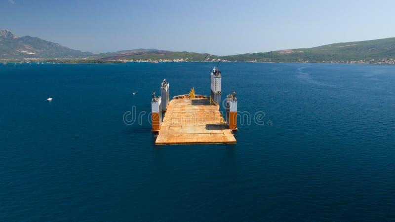 Tivat, Montenegro - 31 Juli 2017: De zware Voorhoede van Dockwise van het liftschip kwam aan Montenegro om het drijvende dok te n stock fotografie