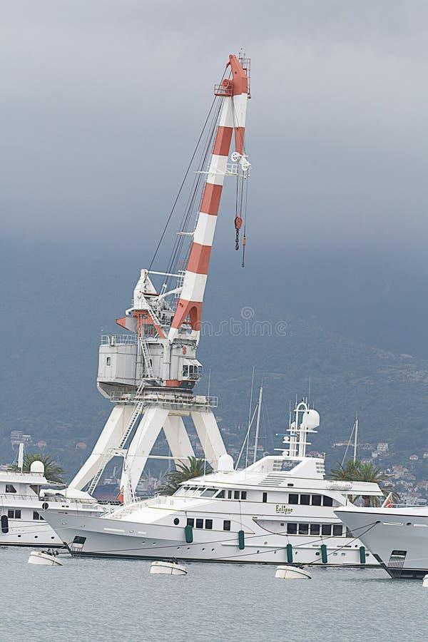 Tivat, Montenegro - JUNI 16: Gouden Odysseejacht in de haven van Tivat royalty-vrije stock foto's