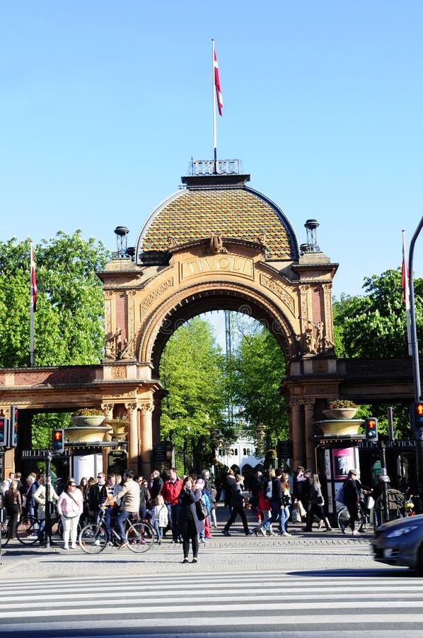Tivoli庭院被成拱形的入口,晴天,丹麦,欧洲 免版税库存照片