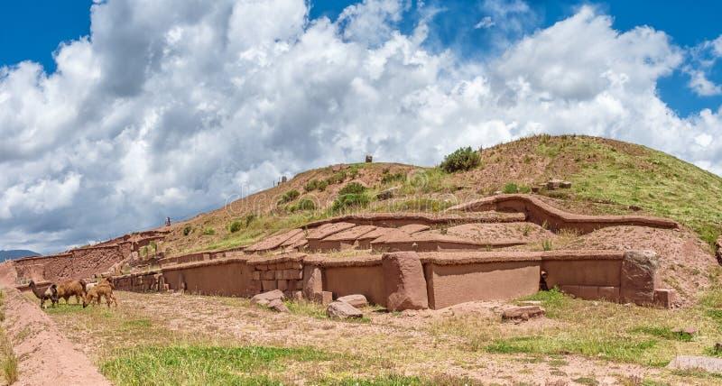 Tiwanaku fördärvar i Bolivia, Pre-Columbian arkeologisk plats royaltyfri foto