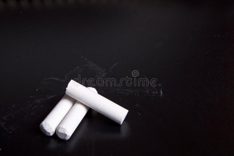 Tiza blanca en negro foto de archivo libre de regalías