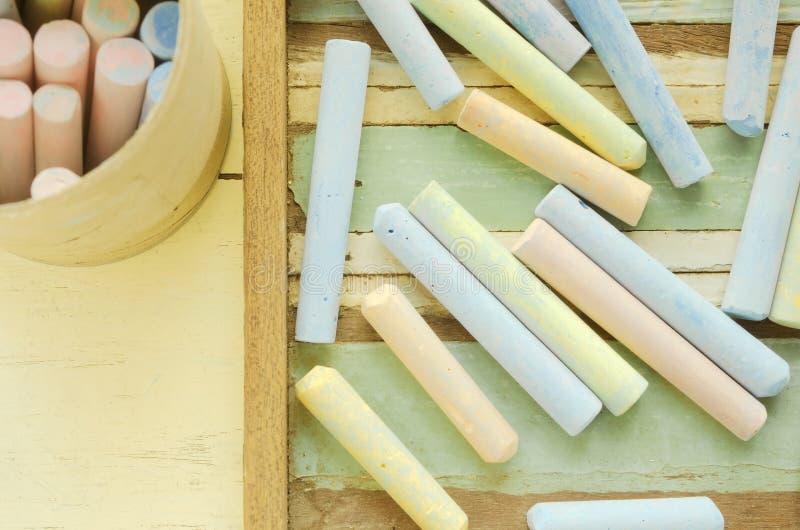 Tizas coloridas en la tabla fotos de archivo libres de regalías