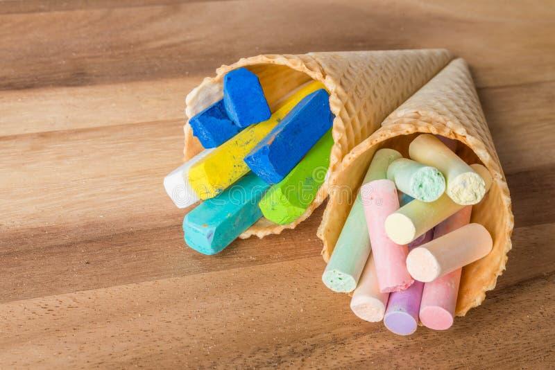 Tizas en colores pastel en conos de la oblea imagenes de archivo