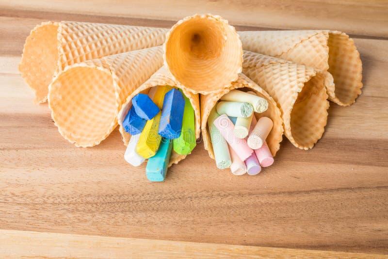 Tizas en colores pastel en conos de la oblea imágenes de archivo libres de regalías