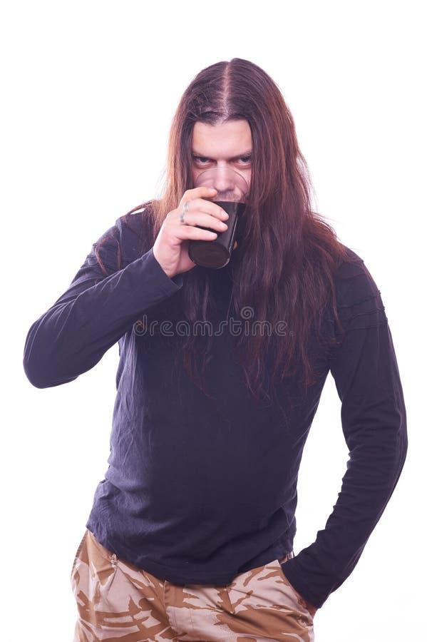 Tizio con la birra scorrente della bevanda dei capelli fotografia stock