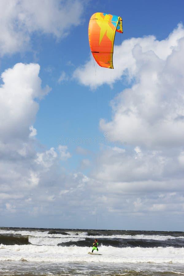 Tizio di Kitesurfing che passa vicino fotografie stock