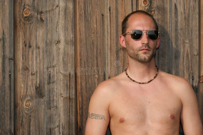 Tizio in occhiali da sole fotografia stock libera da diritti