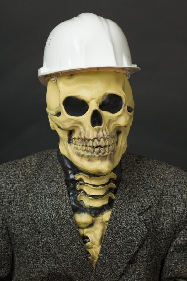 Tizio terribile nella mascherina dello scheletro con il casco immagine stock