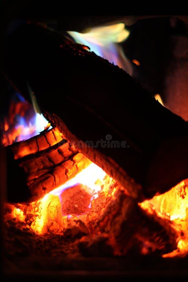 Tizzoni brucianti variopinti e fiamme fotografie stock libere da diritti
