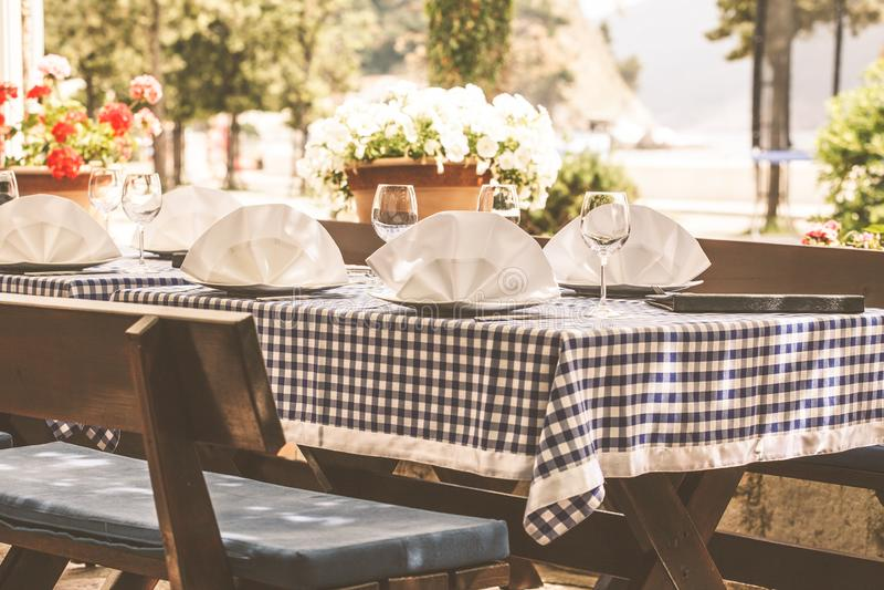 Tjäna som på en europeisk restaurang på gatan, meny och tabellen fotografering för bildbyråer