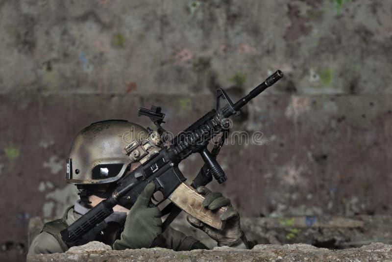 tjäna som soldat barn royaltyfria bilder