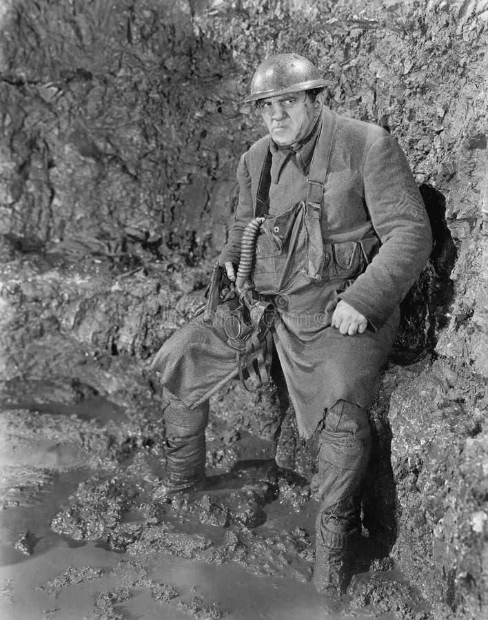 Tjäna som soldat i ett dike i världskrig I (alla visade personer inte är längre uppehälle, och inget gods finns Leverantörgaranti royaltyfri foto