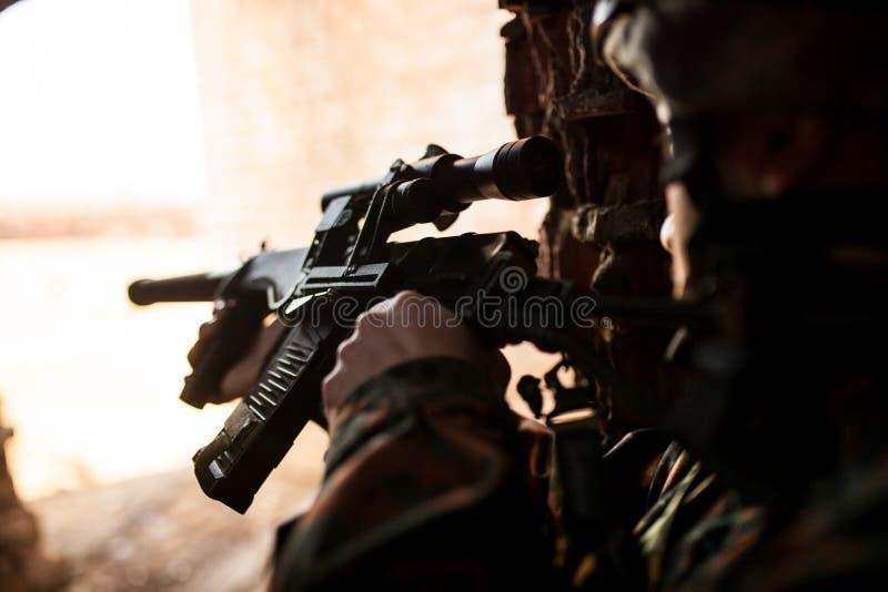 Tjäna som soldat i kriget för att sikta med vapen royaltyfri foto