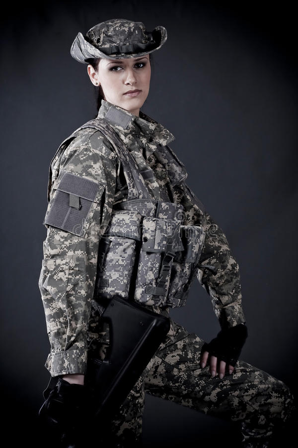 tjäna som soldat kvinnan arkivfoto