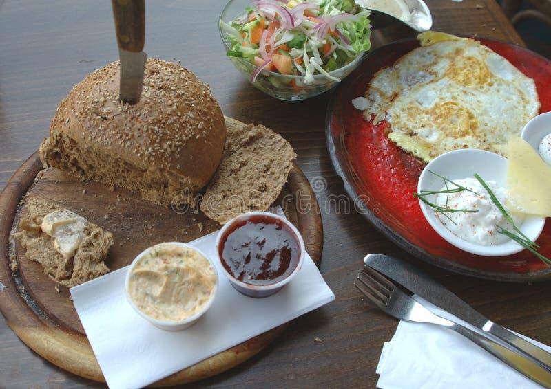 Download Tjänad som frukost arkivfoto. Bild av sallad, kniv, driftstopp - 277272