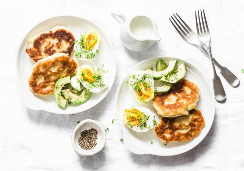 Tjänad som frunchtabell - potatissconeser och kokta ägg på en ljus bakgrund, bästa sikt Läcker frukost, mellanmål royaltyfri foto