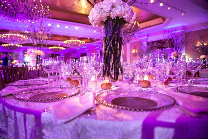 Tjänad som tabell för matställe på brölloppartiet på restaurangen för lyxigt hotell royaltyfri foto