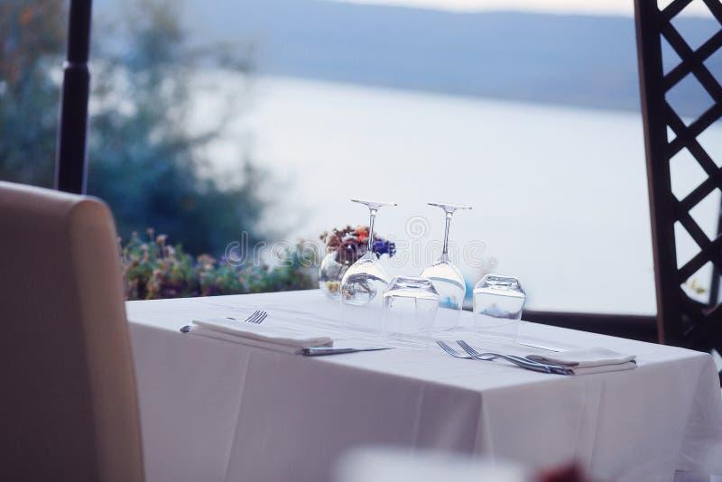 Tjänad som tabelluppsättning på sommarterrasskafét royaltyfria foton