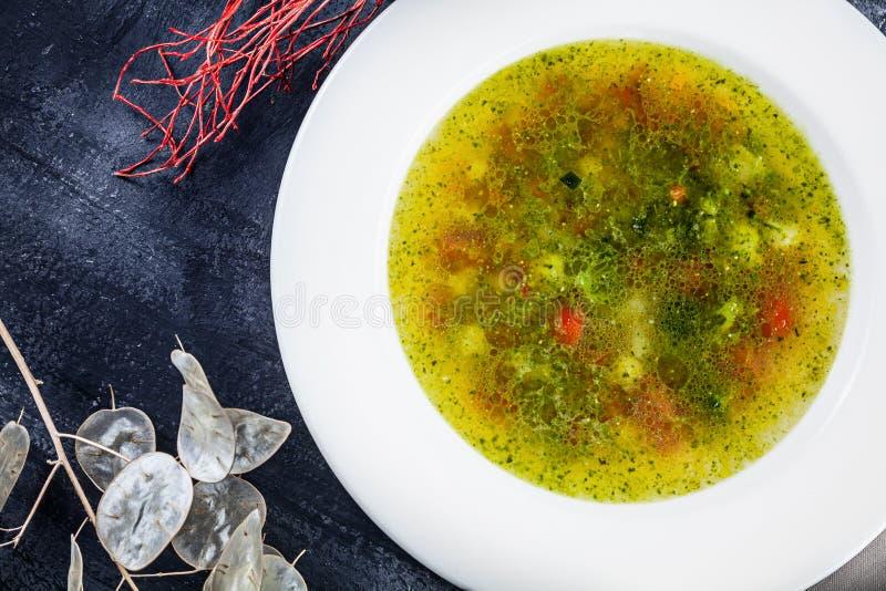 Tjänade som den bästa sikten för minestrone i den vita bunken på mörk bakgrund soppa av det italienska ursprunget som göras med g royaltyfria foton
