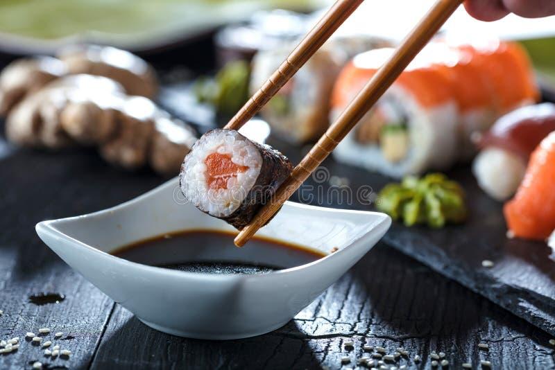 Tjänade som den fastställda sashimien för sushi och sushirullar på stenen kritiserar royaltyfria foton