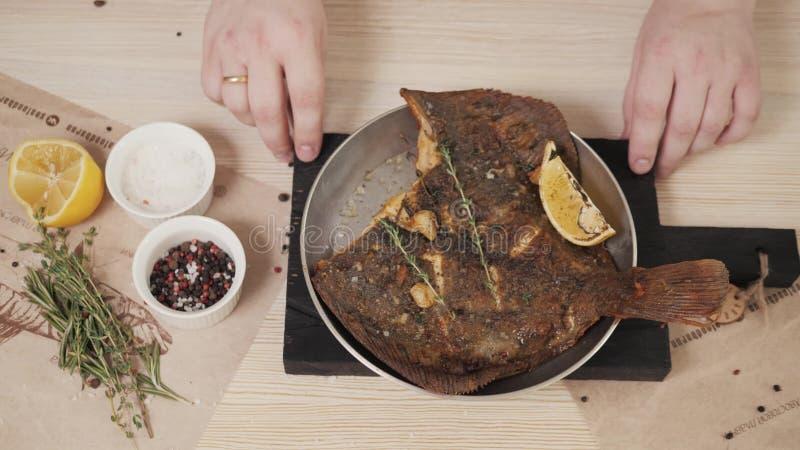 Tjänade som den havs- encrusted flundran för restaurangen pecannöten med en aprikossås och en grillad grillad fiskskaldjurrestaur royaltyfria foton