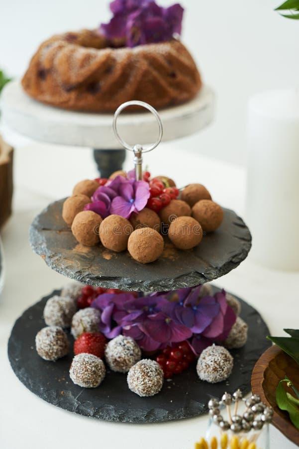 Tjänade som hemlagade chokladbrända mandlar på att sköta om efterrätttabellen, närbild royaltyfria foton
