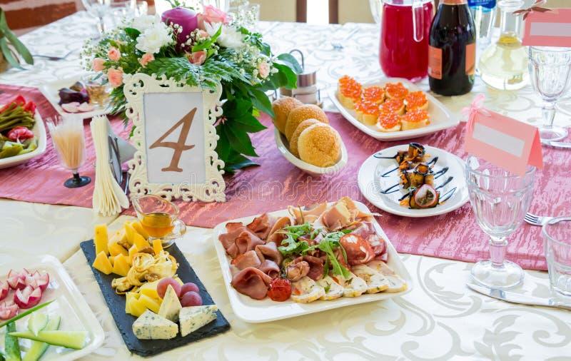 Tjänade som tabeller på banketten Drinkar, mellanmål, läckerheter och blommor i restaurangen En stor festhändelse eller bröllop arkivbilder