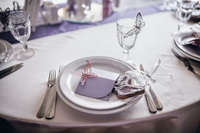 Tjänande som plattor och dekor på brölloptabellen arkivfoton