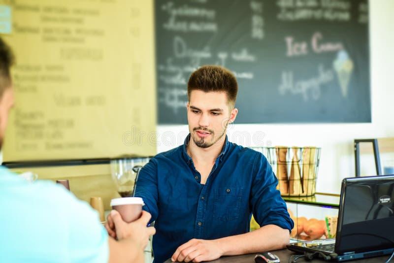 Tjänat som kaffe som går Mannen frågar för drink på stångräknaren Barista på stången av klart servekaffe för modernt kafé för kli arkivfoto