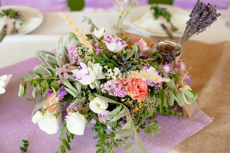 Tjänat som med bukettmedowblommor och den dinning tabellen för lavander royaltyfria foton