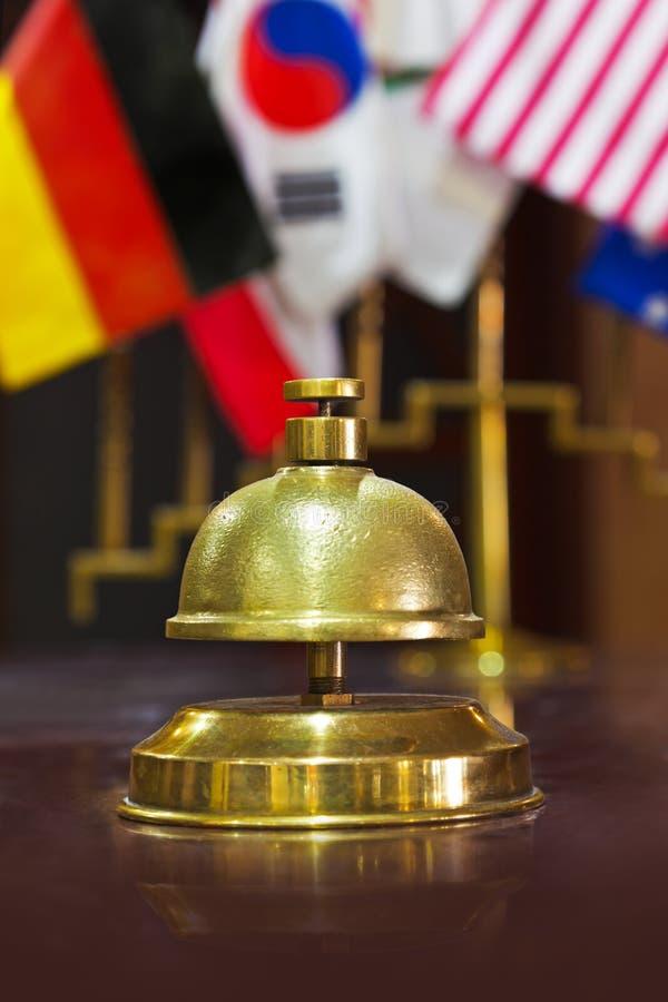 Tjänste- cirkelklocka på ett hotellmottagande royaltyfri foto