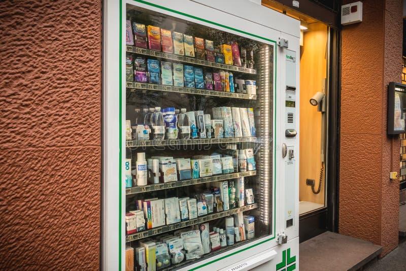 Tjänste- farmaceutisk fördelare för själv framme av ett i stadens centrum p royaltyfri foto