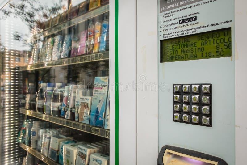 Tjänste- farmaceutisk fördelare för själv framme av ett i stadens centrum p arkivfoto
