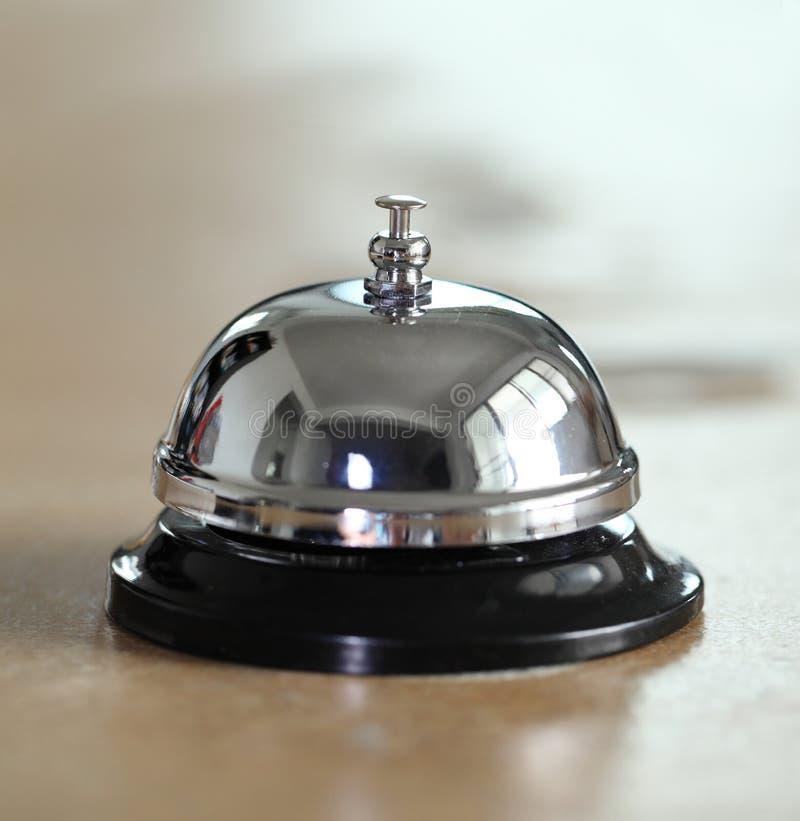 Tjänste- klocka på hotellmottagandeskrivbordet royaltyfria bilder