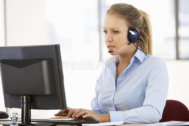 Tjänste- medel Talking To Customer för vänskapsmatch i call center royaltyfria bilder