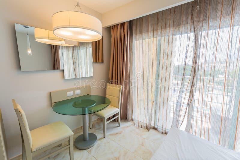 Tjänste- område för familjportvakt, härlig slags tvåsittssoffa, fantastisk bekväm hotellruminre royaltyfri bild