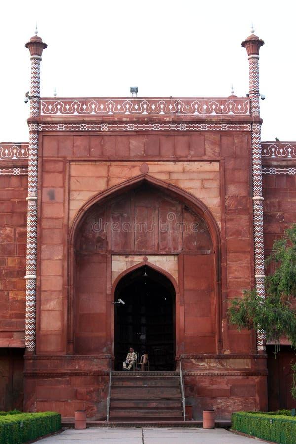 Tjänstemannen som bevakar en port i komplexet av Taj Mahal arkivbilder