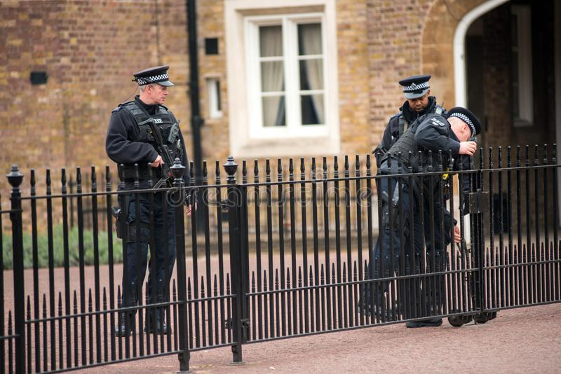 Tjänstgörande beväpnade brittiska poliser royaltyfri foto